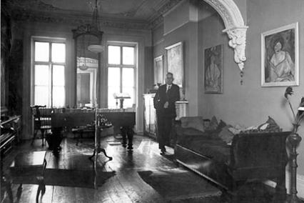 in his studio, St. Luke's place, NY, 1923